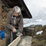 Anne Mette Skipper prépare l'étagère de la nouvelle cuisine.  – © EQ2 – Jay Louvion