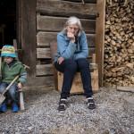 Derrière le chalet, moment de réflexion quant à la disposition des pierres de terrasse pour Anne Mette Skipper, en compagnie de son petit-fils, Haakon.  – © EQ2 – Jay Louvion