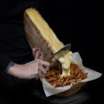Le meilleur des deux mondes en un. Une demie meule de Bagnes trouvé à la fromagerie Hamel à Montréal, râclée sur les fameuses frites «steamés» et la sauce brune de la poutine. Exit le fromage en crottes.  – © EQ2 – Julie Langenegger Lachance